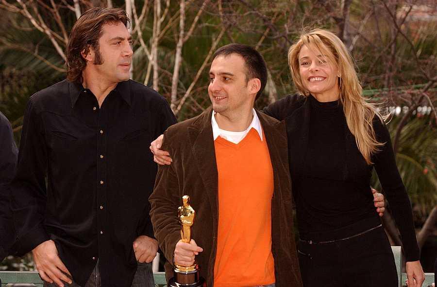 Alejandro Amenábar junto a Javier Bardem y Belén Rueda con el Oscar por la película 'Mar adentro'