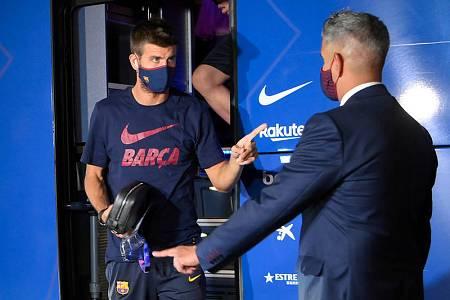 Piqué sale del autobús a la llegada del Barça a su hotel tras la derrota ante el Bayern