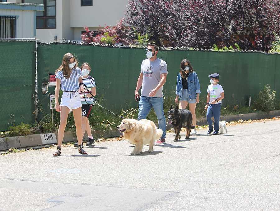 Ben Aflleck con sus hijos y Ana de Armas de paseo por Los Ángeles