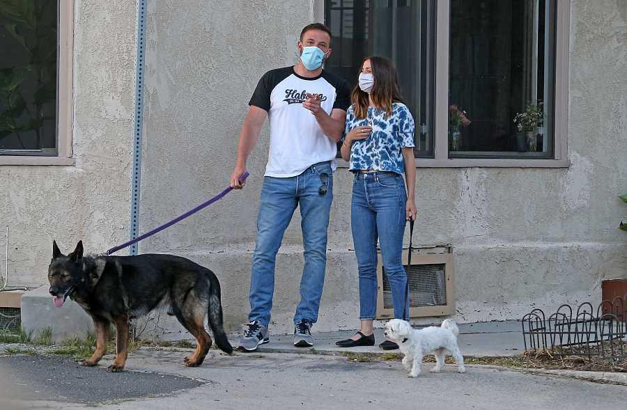 Ana de Armas y Ben Affleck paseando con sus perros en Los Ángeles
