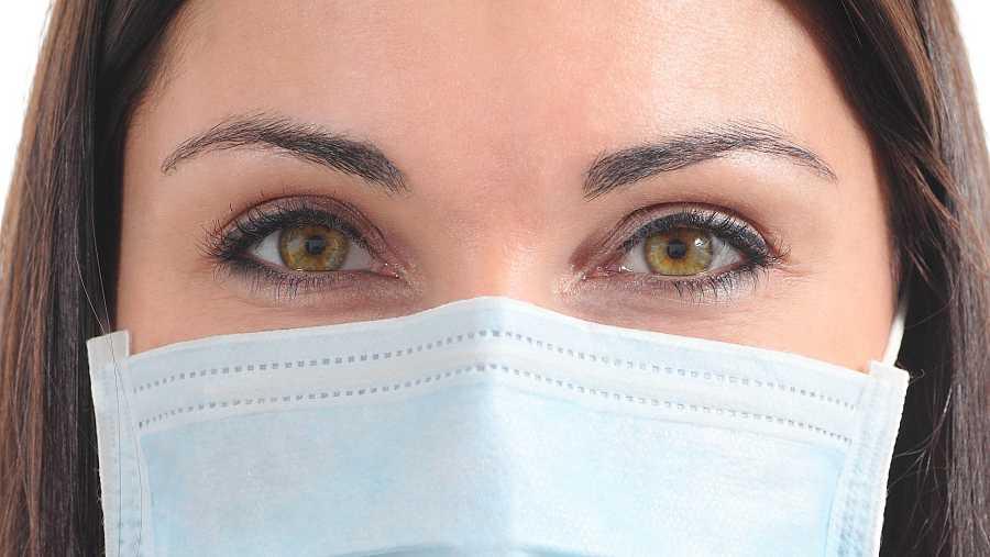 Es momento de potenciar la zona de los ojos apostando por el corrector, las sombras de ojos, el delineador y la máscara de pestañas