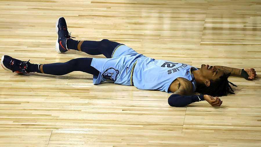 El 'rookie' de Memphis Grizzlies, Ja Morant, exhausto tras la derrota ante Portland