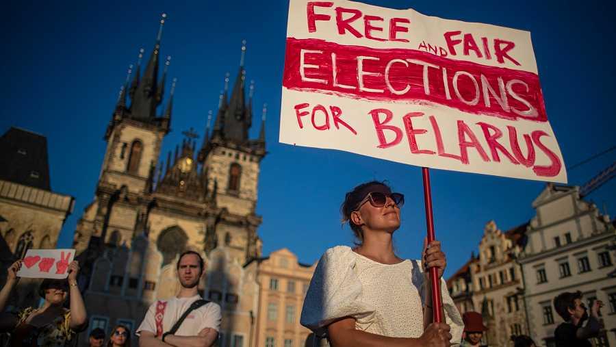 Una mujer sostiene una pancarta en la que se piden elecciones libres y limpias en Bielorrusia