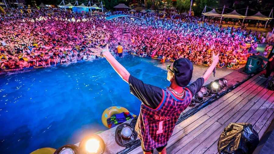 Miles de personas asisten a una fiesta de música electrónica en Wuhan este 15 de agosto
