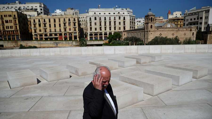 Un hombre hace un gesto mientras pasa junto a las tumbas de las personas que murieron durante el atentado de 2005, que mató al ex primer ministro libanés Rafik al-Hariri