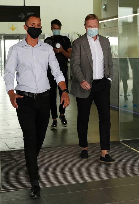 Ronald Koeman (dcha) llega a Barcelona