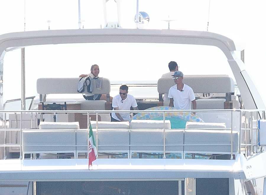 Cristiano Ronaldo con Georgina Rodríguez en un barco en Sanremo