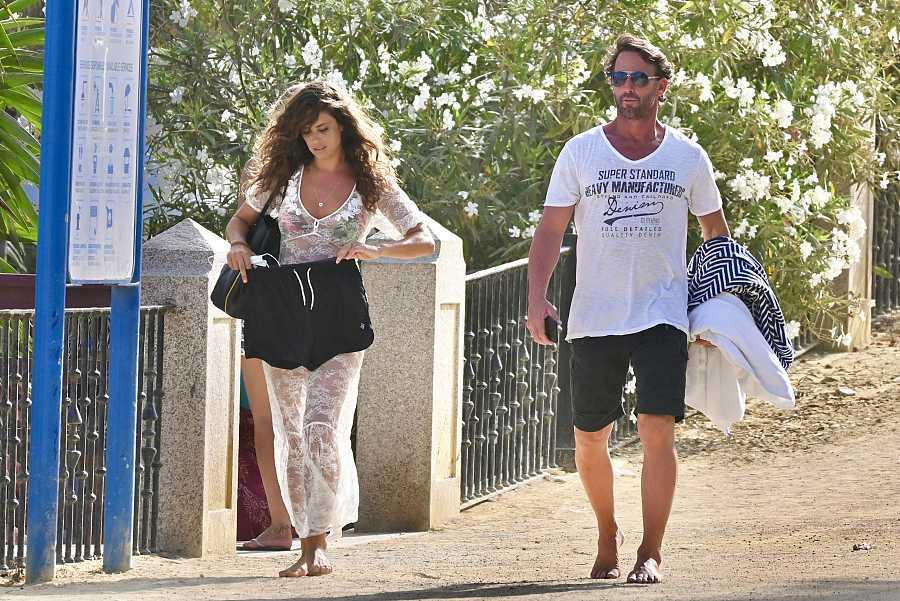 Álvaro Muñoz Escassi y su novia Sandra Quiles por las calles de Marbella