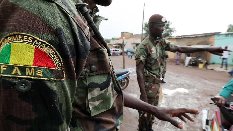 Soldados malienses montan guardia en un colegio electoral en Bamako el pasado 29 de julio de 2019.