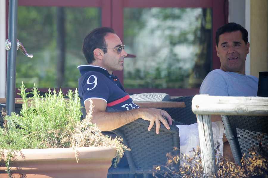 Enrique Ponce en una terraza de Beziers, Francia