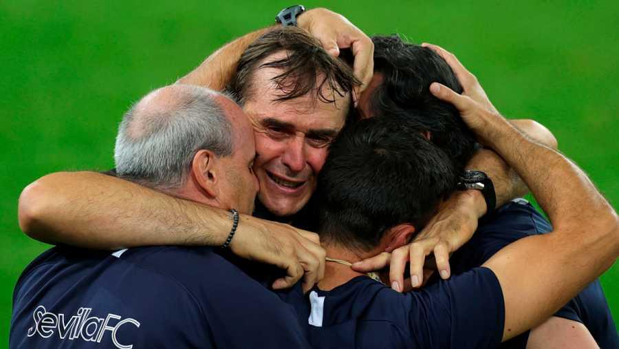 Imagen: Lopetegui, entre lágrimas, se abraza con su cuerpo técnico