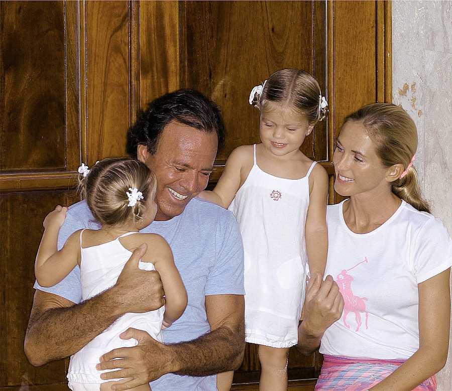 Famoso posado de Julio Iglesias y Miranda Rijnsburger junto a sus hijas Victoria y Cristina