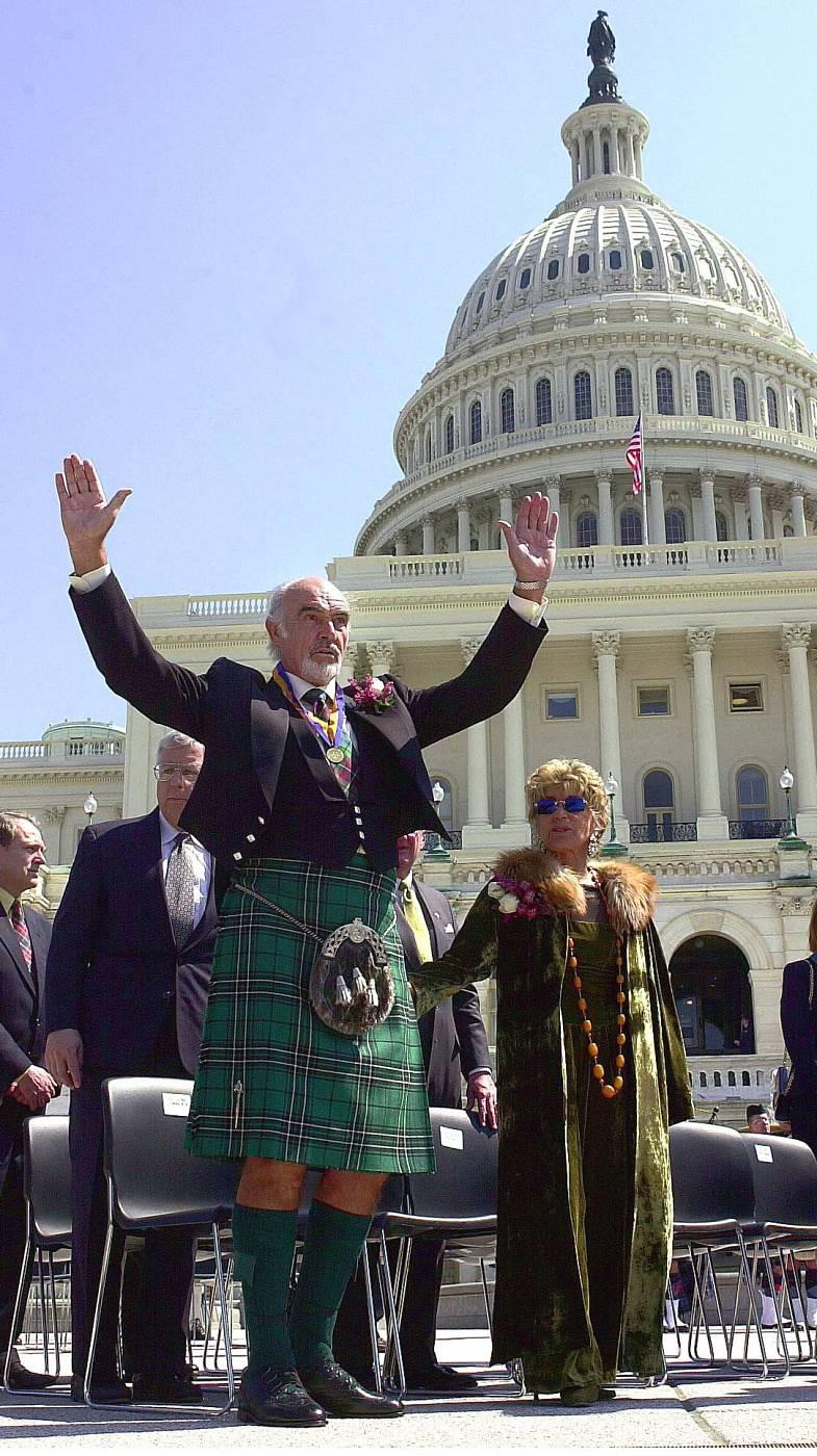 Sean Connery, con atuendo escocés, recibe el aplauso de la audiencia tras recibir el premio William Wallace (2001)