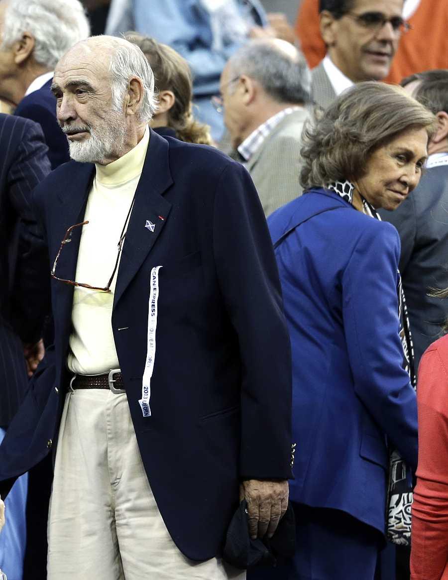 Sean Connery, espalda contra espalda junto a la Reina Sofía durante la final masculina del U.S. Open Tournament, en 2013