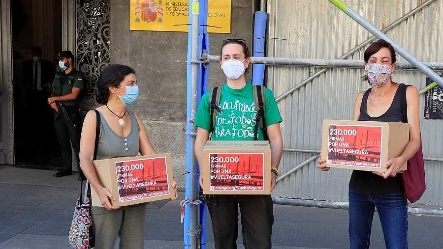 Un grupo de profesores entrega en el Ministerio de Educación, cuatro cajas con 230.000 firmas para exigir