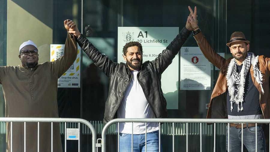 Gesto de supervivientes frente al Tribunal Superior en Christchurch, en Nueva Zelanda, tras el dictamen del tribunal.