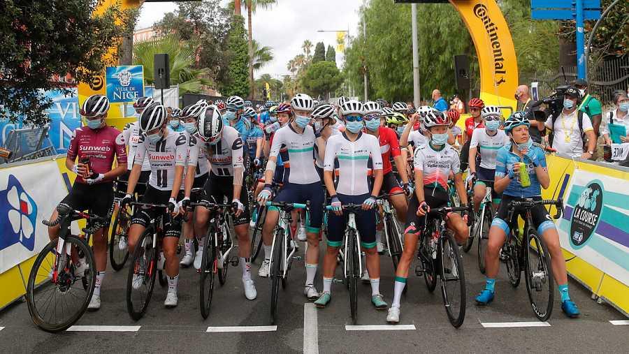 Imagen: Las ciclistas con mascarilla antes de la salida