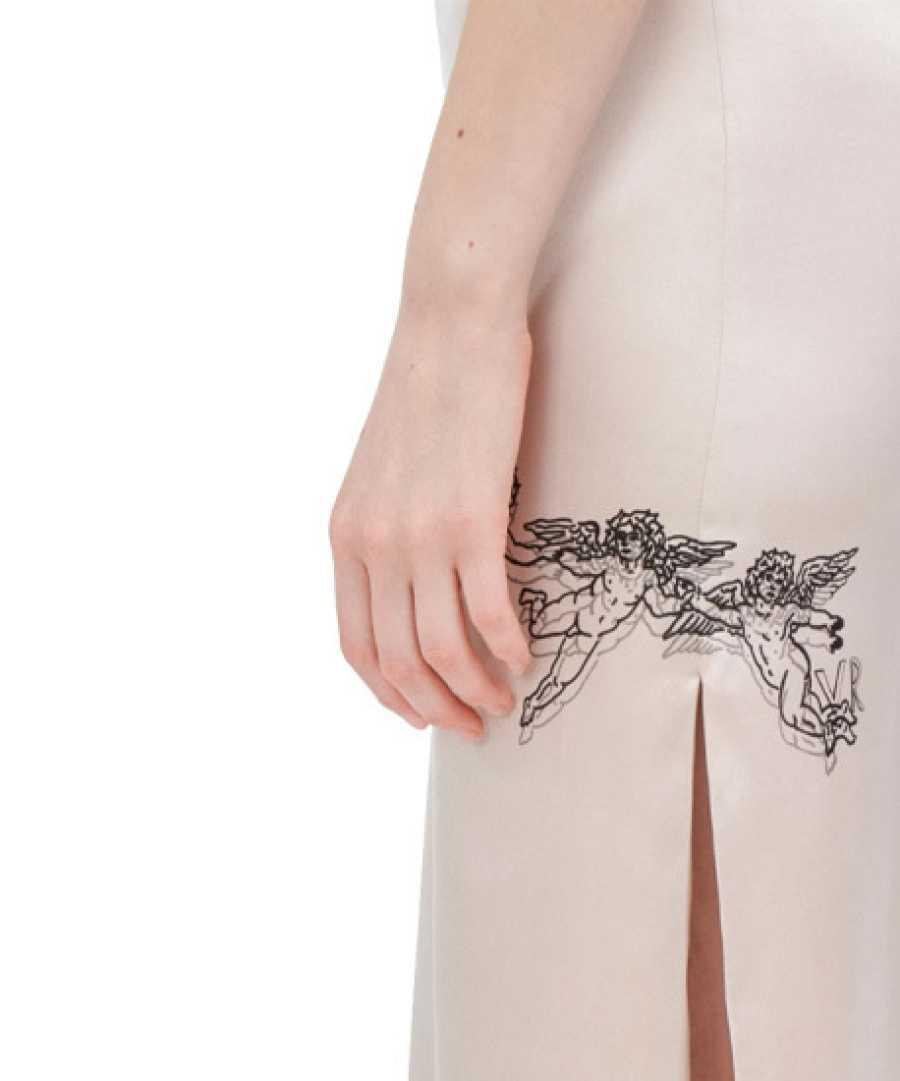 El 'tattoed silk dress' de Irina Shayk (detalle)