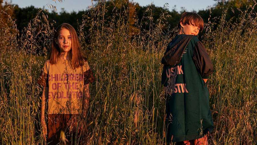 Ropa unisex que elimina la división entre niños y niñas, que cuida el planeta y enseña un consumo responsable