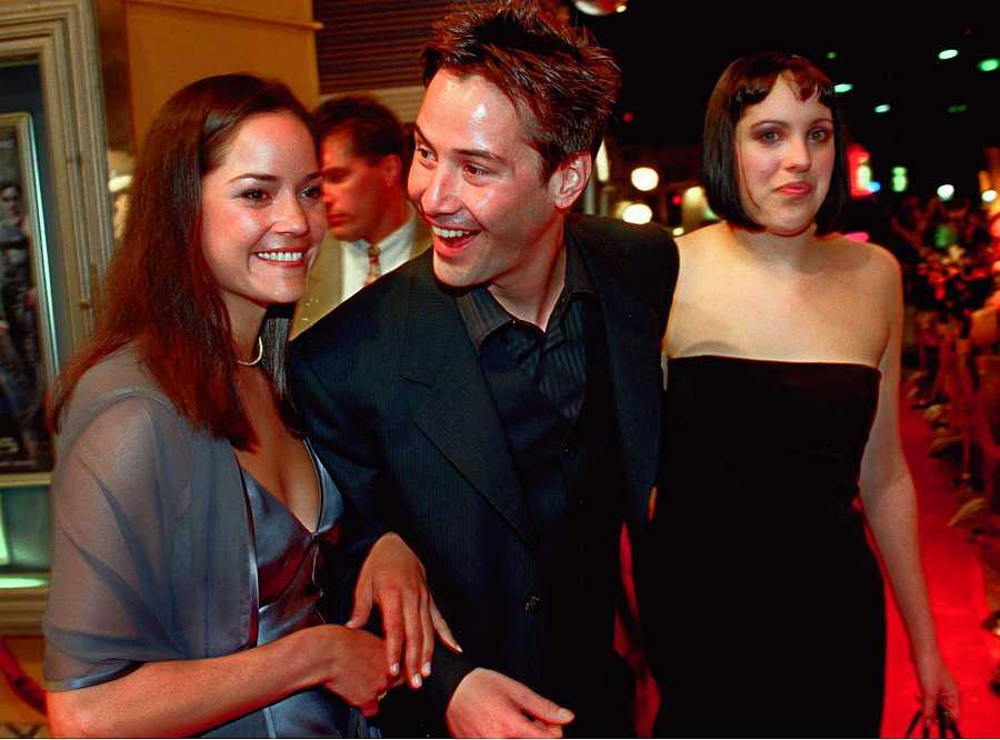 Keanu Reeves llega a la alfombra roja del prestreno de 'Matrix' (1999) con nsus hermanas, Kim y Karina