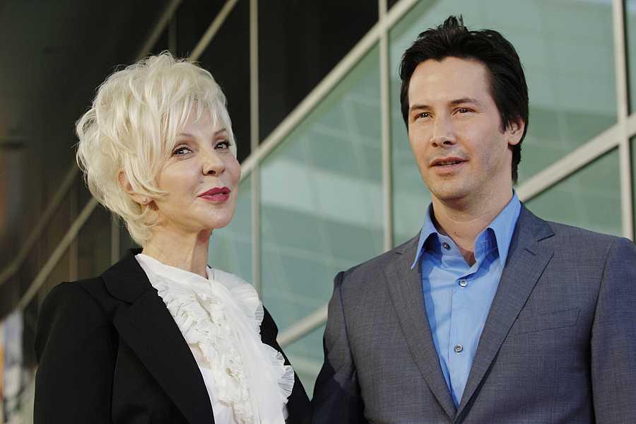 Keanu Reeves posa con su madre en la premiere de 'La casa del lago'