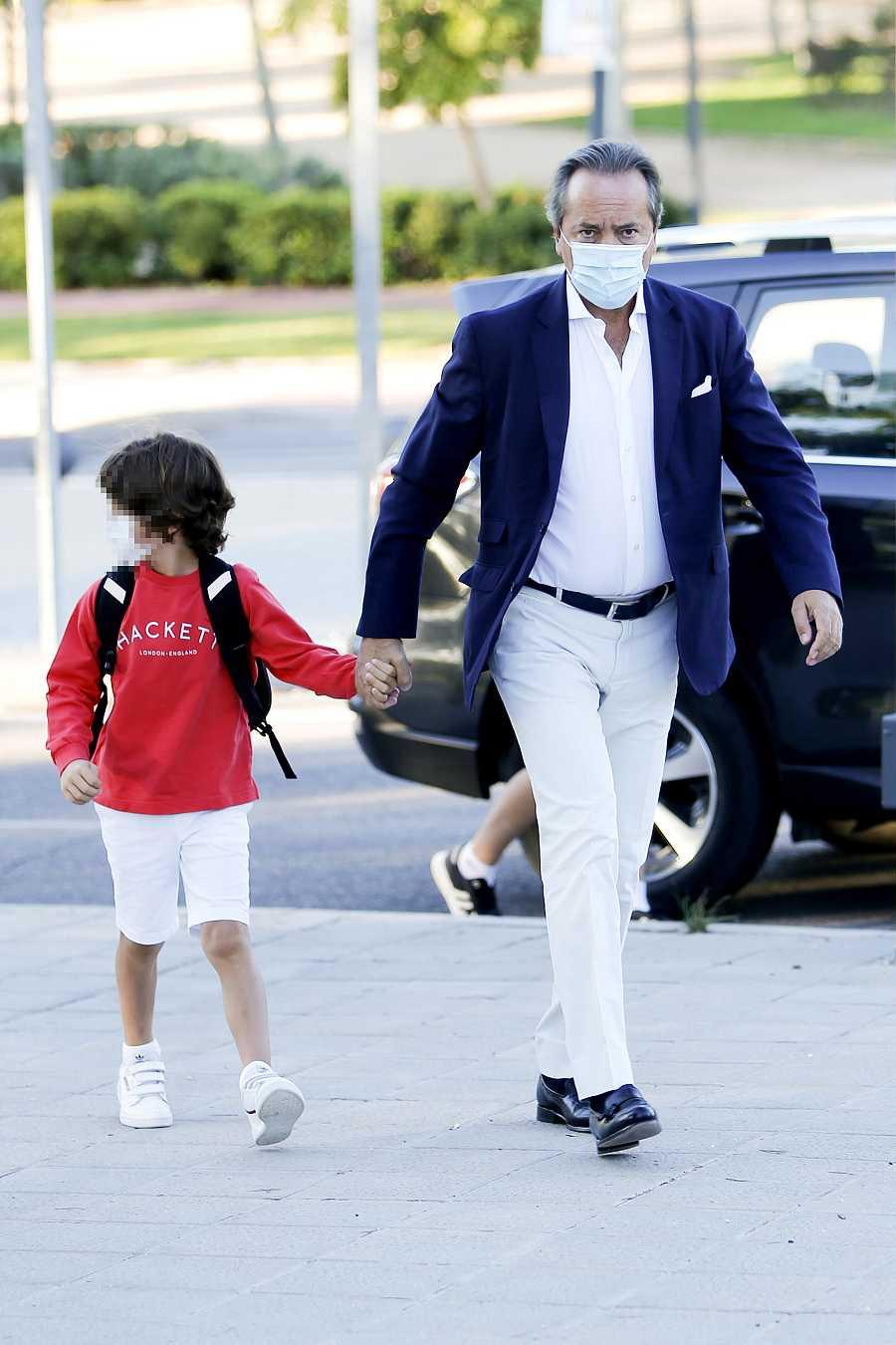 El empresario Javier Revuelta lleva a su hijo a clase el 3 de septiembre