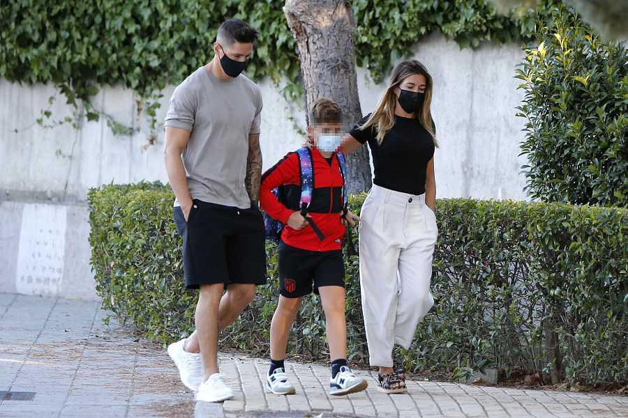 Fernando Torres y Olalla Domínguez llevan a su hijo a clase