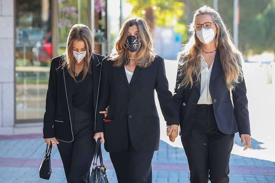 Xandra Falcó llega al entierro de su marido acompañada por dos de sus hijas