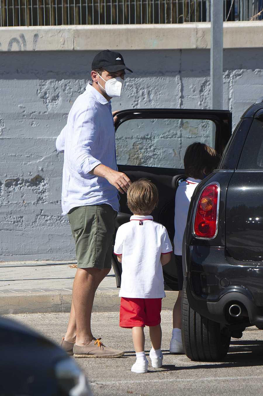 Iker Casillas recoge a sus hijos en su primer día de colegio en Madrid