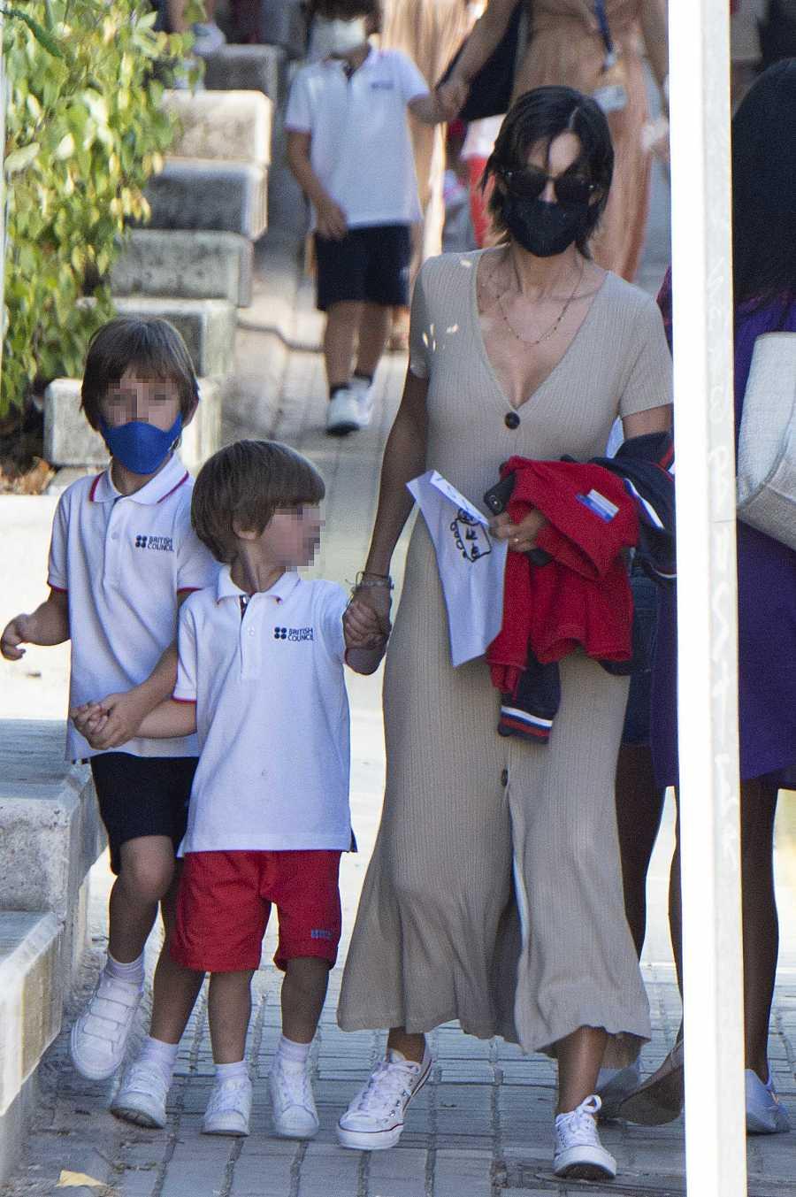 Sara Carbonero recoge a sus hijos del colegio en Madrid