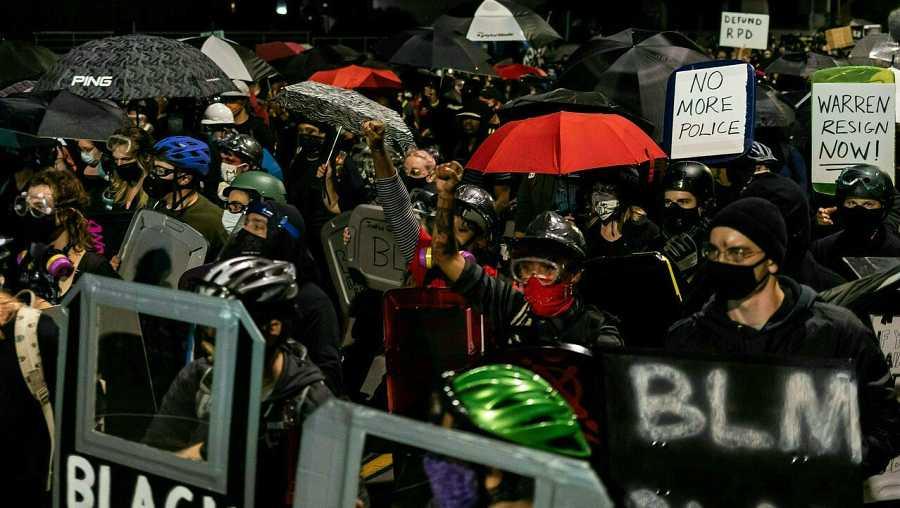 Manifestantes marchan en las calles para protestar contra el racismo tras la publicación del vídeo que muestra la muerte de Daniel Prude mientras estaba bajo la custodia de la Policía de Rochester en Rochester, Nueva York.