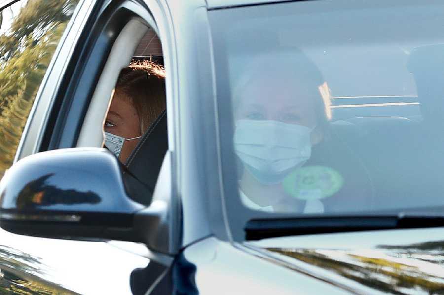 La Infanta Sofía en la parte trasera del coche, acompaña a su hermana Leonor en su primer día de clase