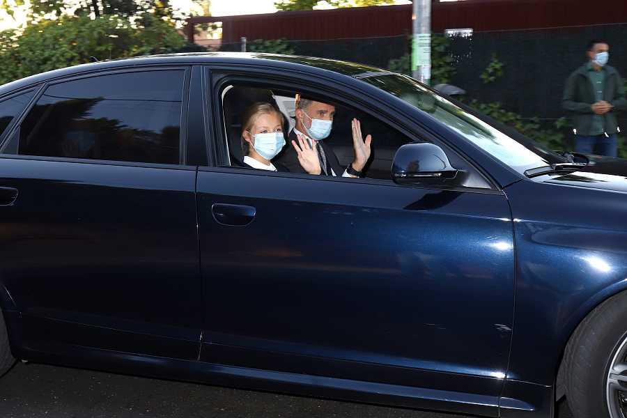 El Rey Felipe VI llevando en coche a la Princesa Leonor el primer día de colegio en la época Covid
