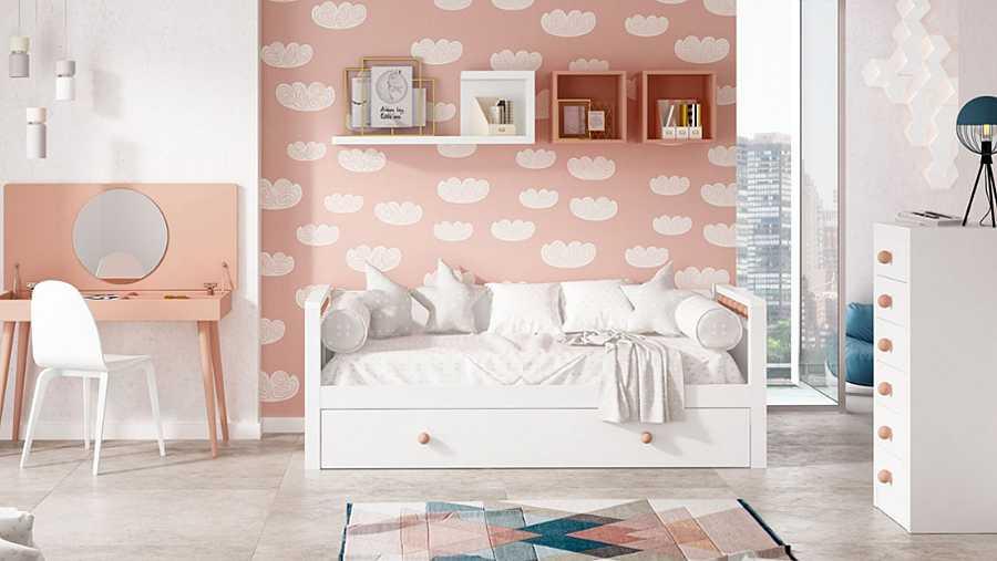 Una pared de papel pintado en su tono favorito de pintura o un vinilo decorativo nos van a dar ese toque de color que les haga sentir a gusto