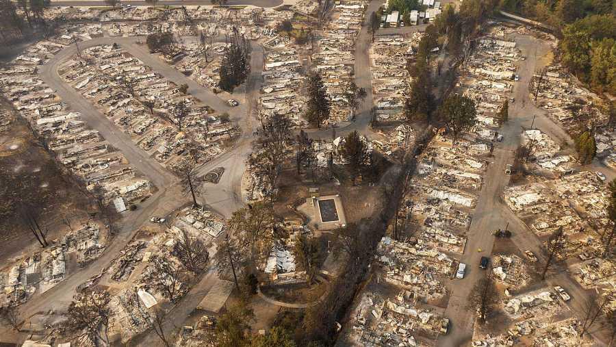 Un parque de casas móviles destruido por el fuego en Phoenix, Oregon.