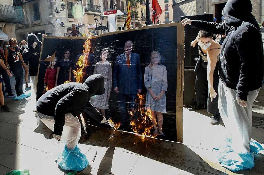 Los CDR queman un muñeco del rey en una marcha no comunicada por la Diada  de Cataluña