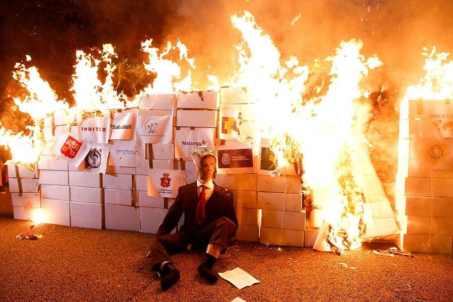 Los CDR queman un muñeco con la imagen del rey Felipe y de Felipe V