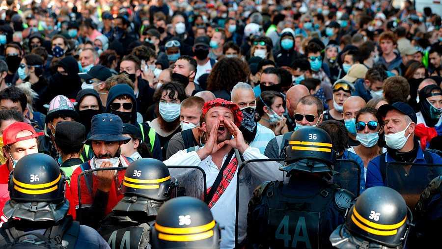 Un hombre grita durante una nueva jornada de protestas de los 'chalecos amarillos' en París.