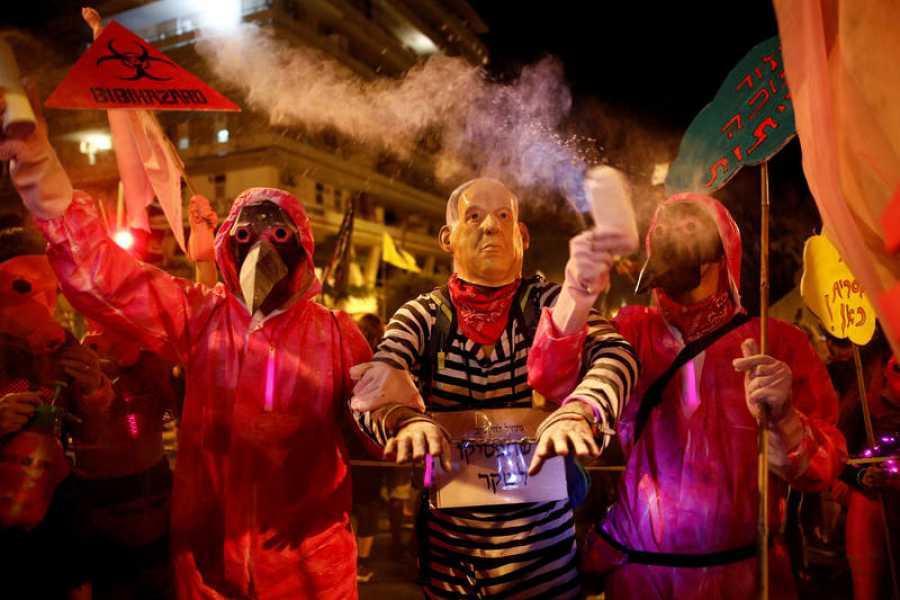 Manifestantes piden en Jerusalén la dimisión de Benjamín Netanyahu por corrupción y por su gestión de la crisis del coronavirus.