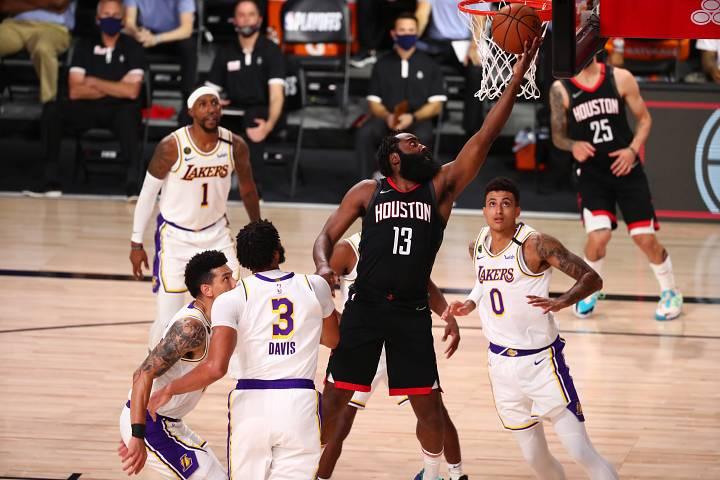 El jugador de los Rockets, James Garden, encesta durante el partido contra Los Lakers.
