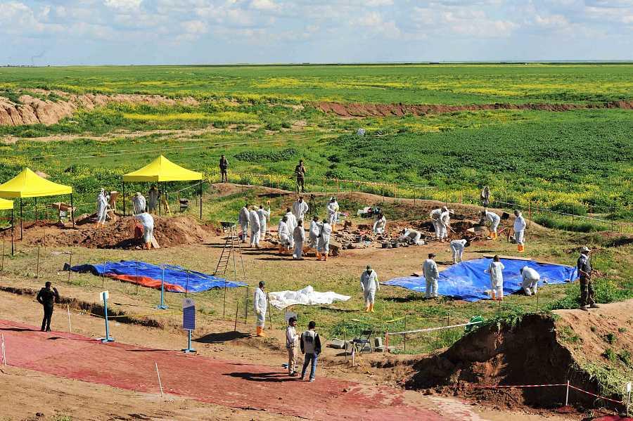 Exhumacion de fosas comunes de víctimas yazidies