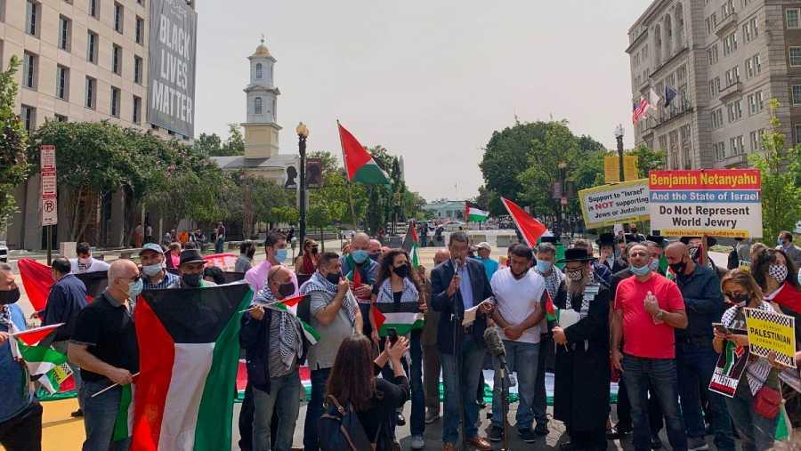 Un grupo de manifestantes protesta contra Israel cerca de la Casa Blanca, cuando se firman los Acuerdos de Abraham con Emiratos Árabes Unidos y Baréin.