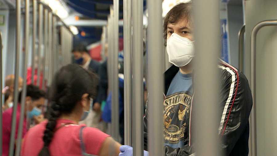 David Barranco, en el vagón de metro que lo lleva a diario de Leganés a Chamberí.