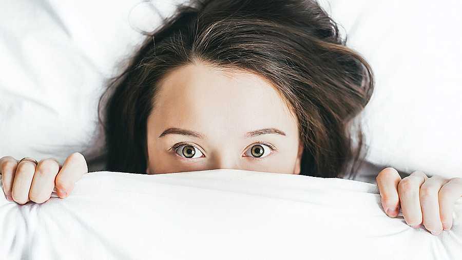 El uso de dispositivos móviles antes de ir puede desvelarnos y no ayuda a conciliar el sueño
