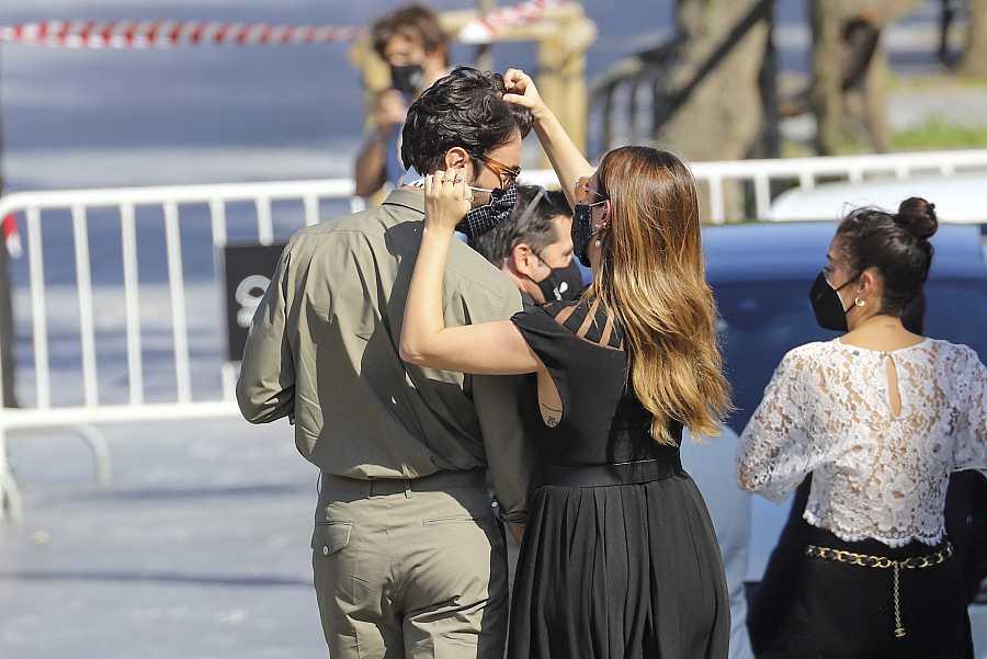 Blanca Suárez en un gesto de confianza y complicidad ayuda a su pareja el actor Javier Rey cuando van a presentar su película ante los medios, 'El verano que vivimos'
