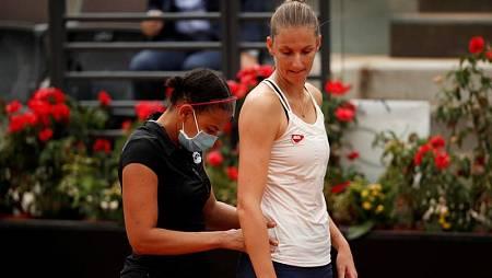 La tenista checa Karolina Pliskova es atendida durante la final del Abierto de Roma 2020.