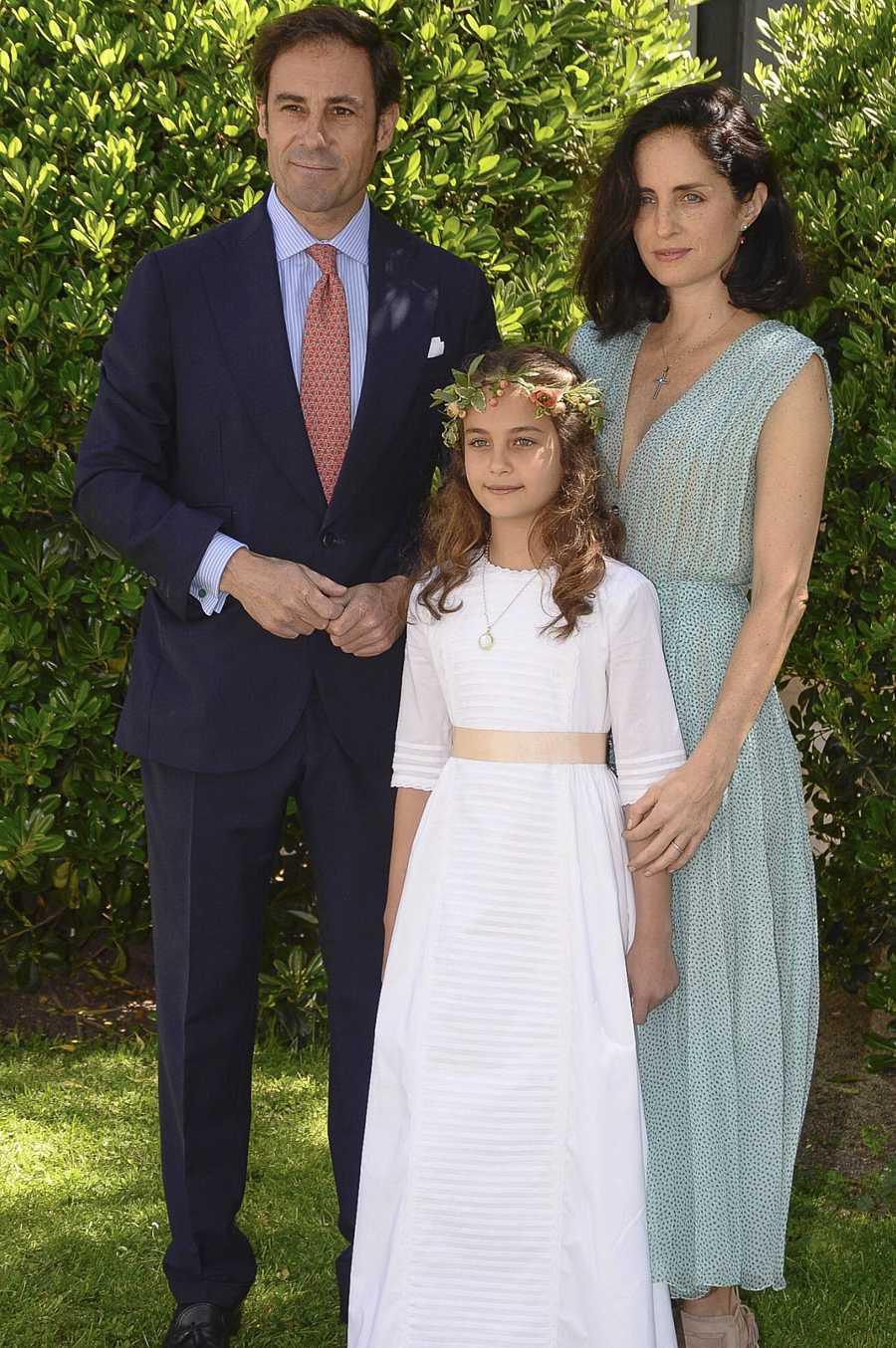 Miguel Báez y Carolina Herrera son un buen elemplo de elegancia el día de la comunión de su hija Atalanta