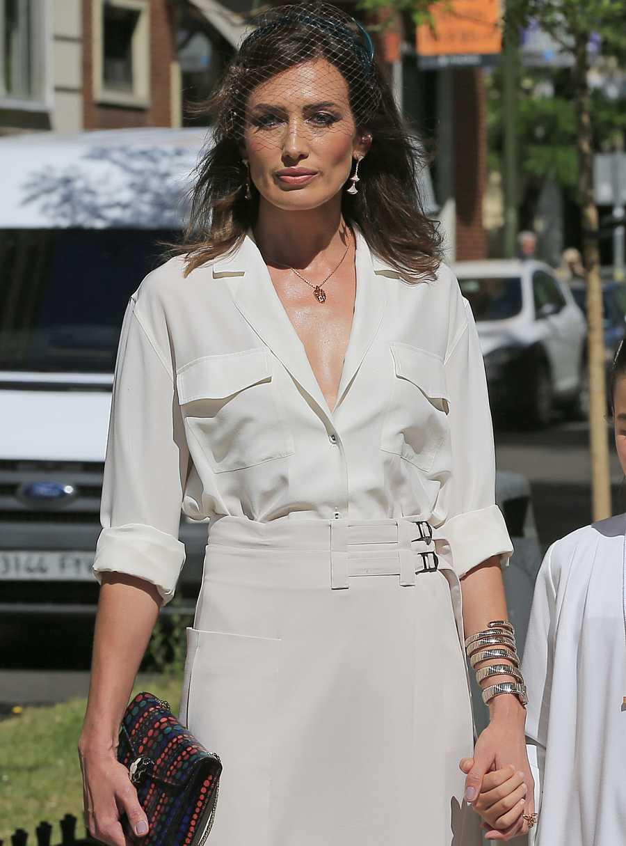 Nieves Álvarez, muy elegante el día de la comunión de su hija con un conjunto dos piezas en todos claros
