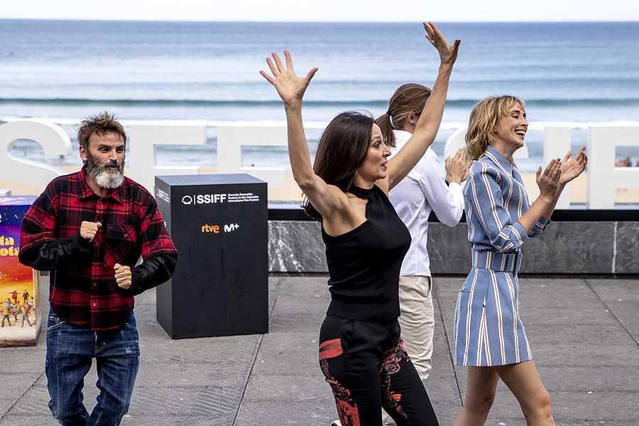 El elenco de 'Explota, explota' monta un número de baile en el Festival de San Sebastián