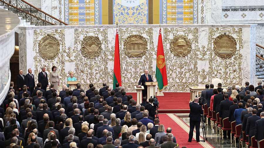 Alexander Lukashenko presta juramento como presidente de Bielorrusia durante la ceremonia de investidura celebrada en Minsk.